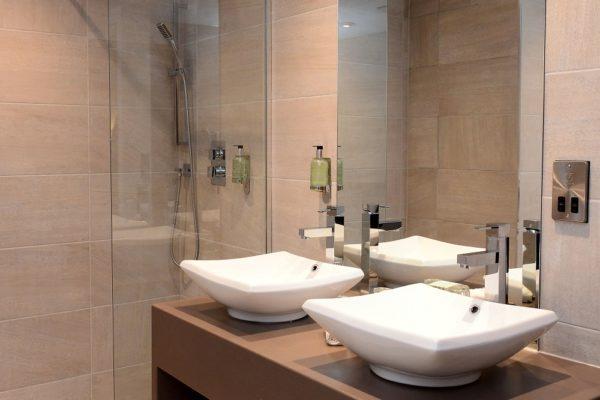 034 Suite Room - Bathroom - Holiday Inn Telford Ironbridge